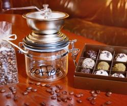 Kavos rinkinukas: kavos malimo malūnėlis, kavos pupelės ir Friedricho namų rankų darbo saldainiai