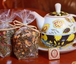 Arbatos rinkinukas: arbatinukas su puodeliu ir kalėdinės arbatos