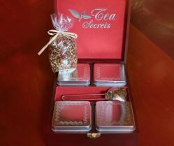Arbatos rinkinukas: dėžutės arbatai, sietelis, sveriama kalėdinė arbata ir viskas supakuota į medinę dėžutę