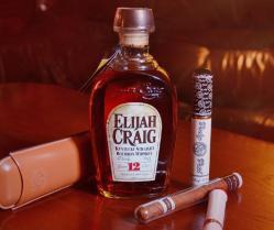 Rinkinys su viskiu: Viskis Elijah Craig, cigarų dėtuvė ir cigarai